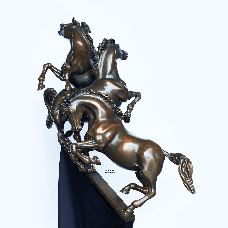 Sculptuur Strijdende paarden naar de top3